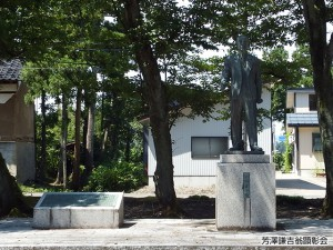 芳澤謙吉翁銅像(右)とけんしょう碑(左)